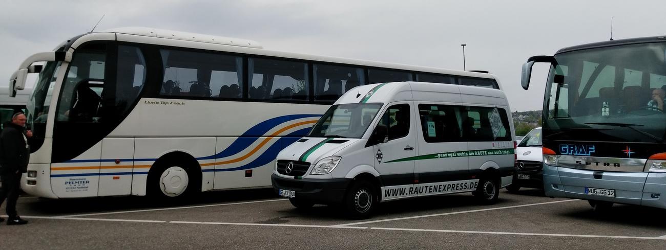 """Der Rautenexpress Bus als Gästebus zwischen den """"großen"""" Bussen..."""
